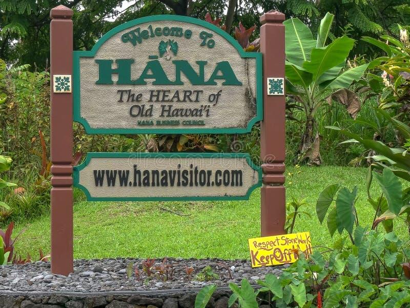 HANA, ESTADOS UNIDOS DA AMÉRICA - 12 DE AGOSTO DE 2015: perto acima da boa vinda ao sinal da borda da estrada de Hana em maui fotos de stock