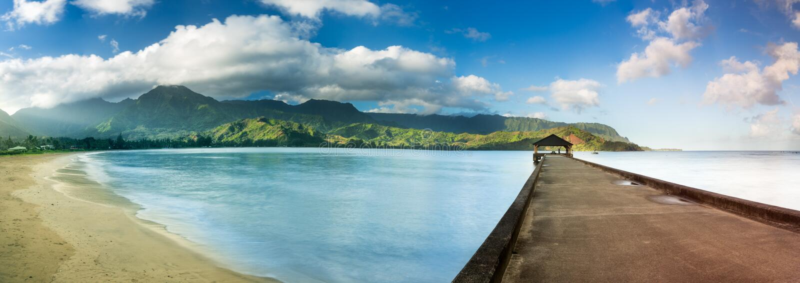 Hanalei海湾和码头宽银幕全景在考艾岛夏威夷 免版税库存图片