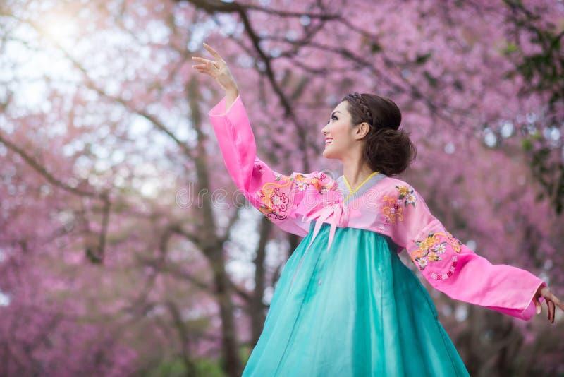 Hanbok: de traditionele Koreaanse kleding en mooie Aziatische meisjeswi royalty-vrije stock foto