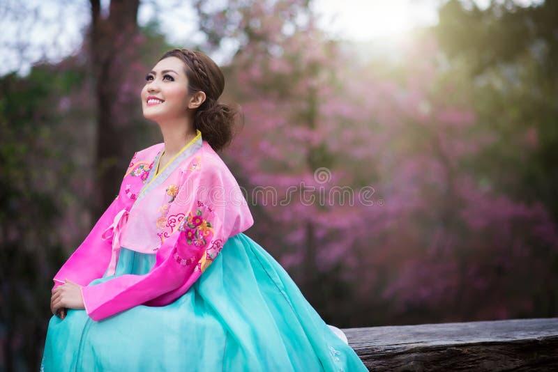 Hanbok: il vestito coreano tradizionale ed i bei wi asiatici della ragazza immagine stock