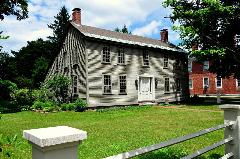Hancock NH: 18th århundradeSaltbox hem royaltyfri fotografi