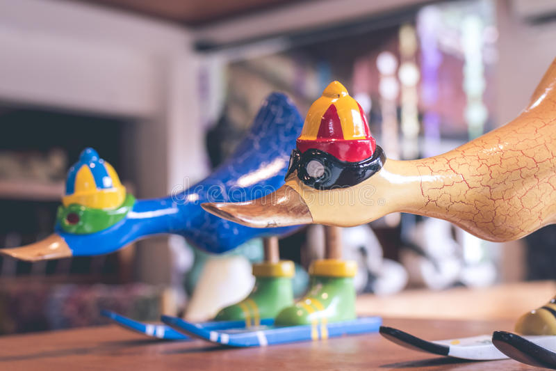 Hancrafted en de hand schilderden grappige houten eend in herinneringswinkel op een tropisch Eiland Bali, Indonesië royalty-vrije stock afbeeldingen