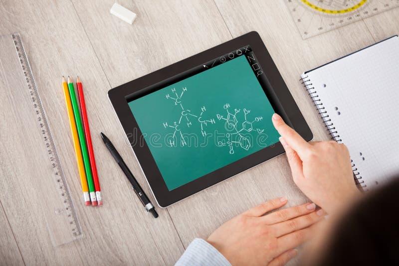 Hand över molekylstrukturen på den digitala minnestavlan fotografering för bildbyråer