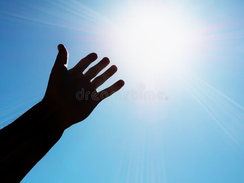 Hand aan zon stock foto