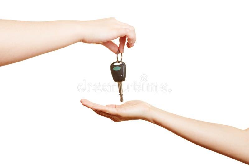 Hand-Angebotautoschlüssel stockfotos