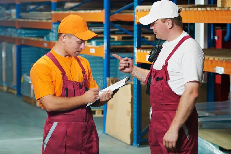 Hand arbeiders in pakhuis royalty-vrije stock afbeeldingen