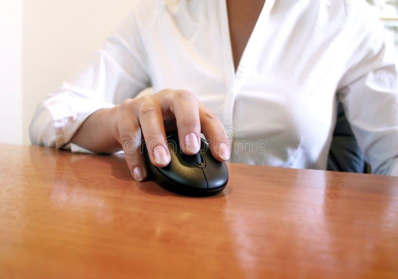 Hand auf der Maus stockbilder