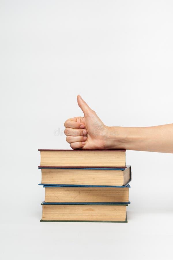 Hand auf einem Stapel von Büchern stockfoto