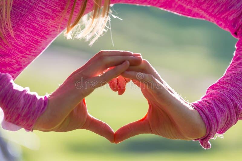 Hand auf Herzen stockbilder