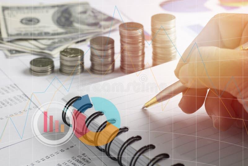 Hand av affärsmanhandstil, högmyntpengar med finans för kontobok och bankrörelsen för bakgrund begreppet växer och går in moment  royaltyfri bild