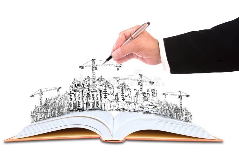 Hand av affärsmanhandstil på att skissa av byggnadsconstructien royaltyfri fotografi