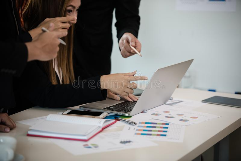 Hand av affärsmannen och kvinnan i en mötesrum, punkt på Met arkivfoto