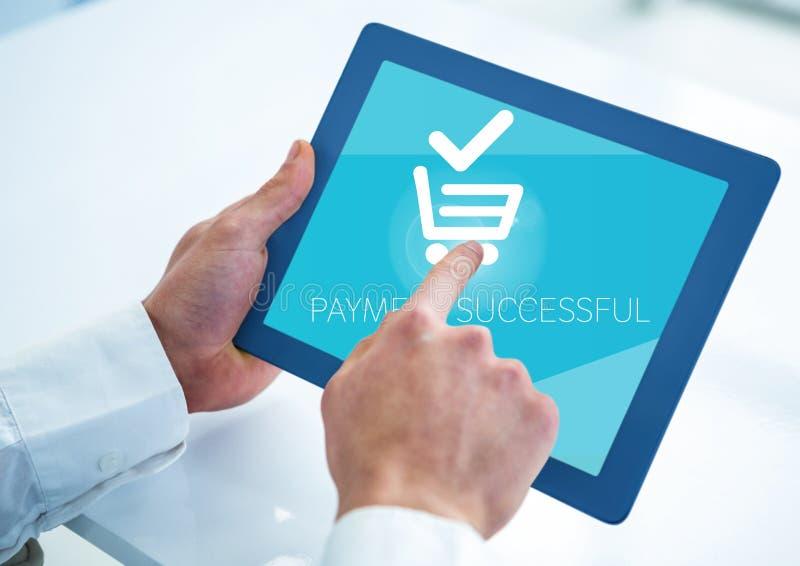Hand av affärsmannen som gör online-betalning på den digitala minnestavlan arkivfoto