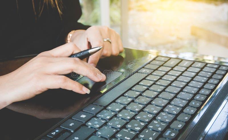 Hand av arbetskvinnan som skriver tangentbordet med sunligh royaltyfri foto
