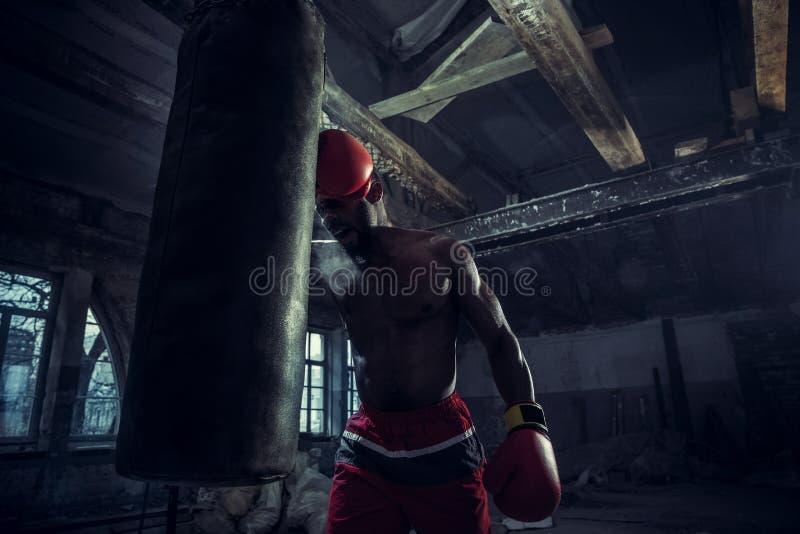 Hand av boxaren över svart bakgrund Styrka-, attack- och rörelsebegrepp arkivbild