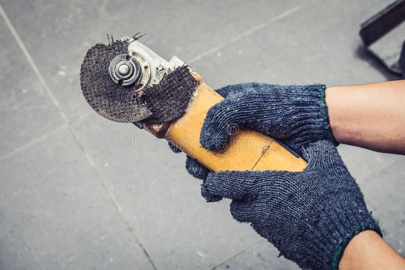 Hand av brutna blad för molar för arbetarmanhåll Faror av att använda arkivbild