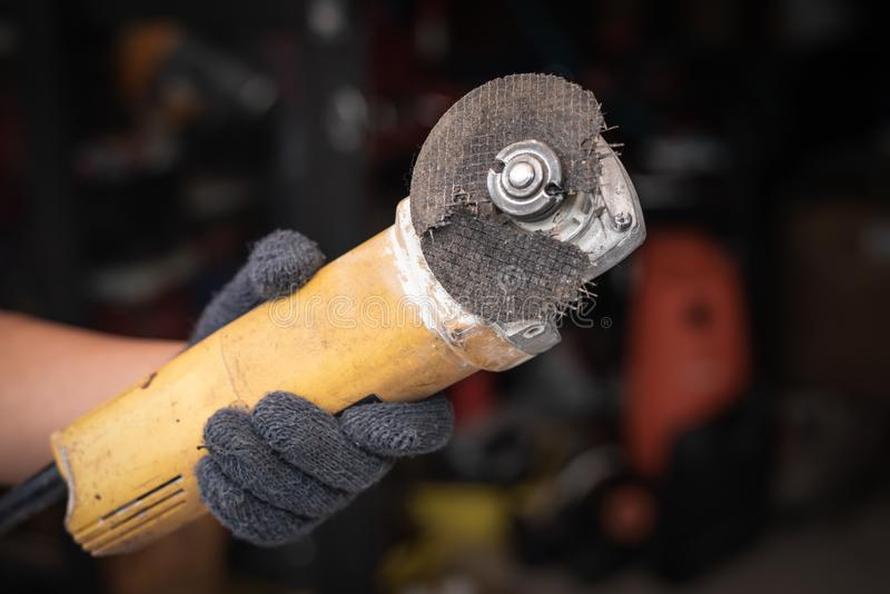 Hand av brutna blad för molar för arbetarmanhåll Faror av att använda royaltyfria bilder