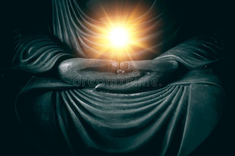 Hand av buddha med ljus av vishet och makt arkivfoto