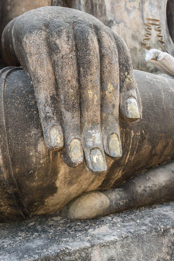 Hand av den gamla buddha statyn med den selektiva fokusen royaltyfri fotografi