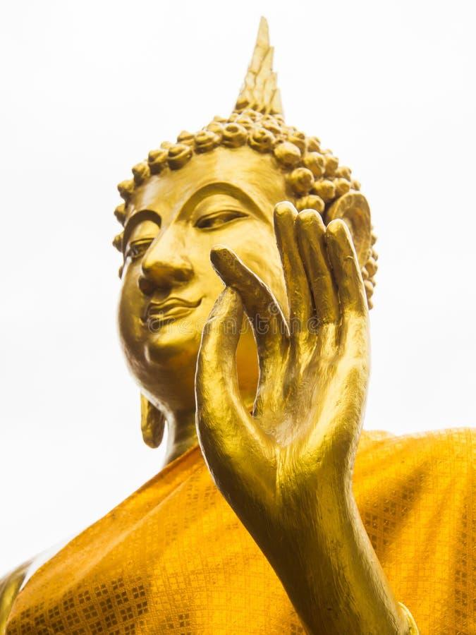 Hand av den guld- Buddhastatyn i den buddistiska templet, Uthaithani, Thailand fotografering för bildbyråer