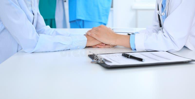 Hand av doktorn som uppmuntrar hennes kvinnliga patient Medicinska etik och förtroendebegrepp, vit bakgrund fotografering för bildbyråer