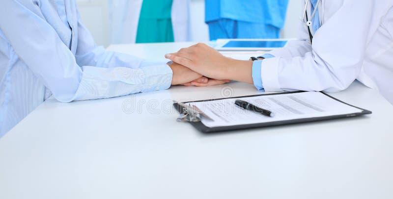 Hand av doktorn som uppmuntrar hennes kvinnliga patient Medicinska etik och förtroendebegrepp, vit bakgrund arkivfoto