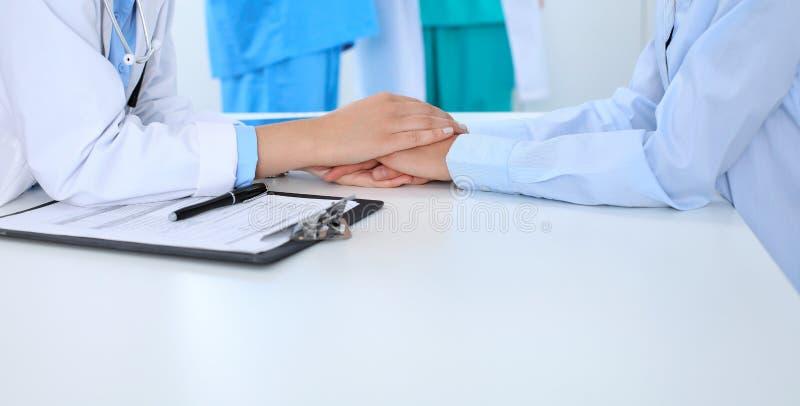 Hand av doktorn som uppmuntrar hennes kvinnliga patient Medicinska etik och förtroendebegrepp, vit bakgrund arkivbilder