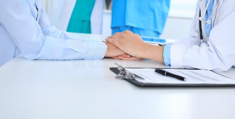 Hand av doktorn som uppmuntrar hennes kvinnliga patient Medicinska etik och förtroendebegrepp, vit bakgrund arkivfoton