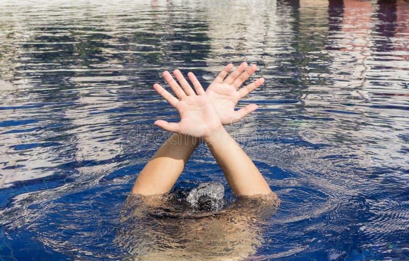 Hand av drunkningmannen royaltyfri foto