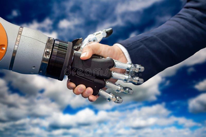 Hand av en affärsman som skakar händer med en Android robot royaltyfri foto