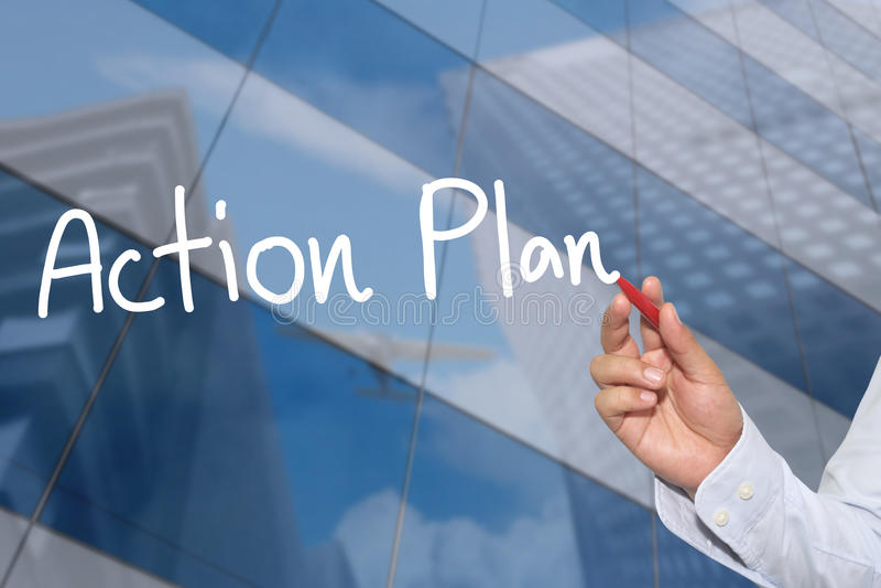 Hand av en affärsmanhand som dras ett ord av handlingsplanen fotografering för bildbyråer