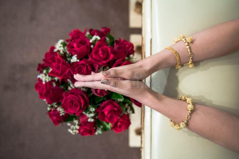 Hand av en brud som mottar heligt vatten i bröllopdag royaltyfria foton