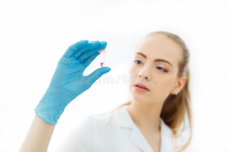 Hand av en labbtekniker som rymmer en mini- provr?r med blodpr?vkopian f?r analys royaltyfria bilder