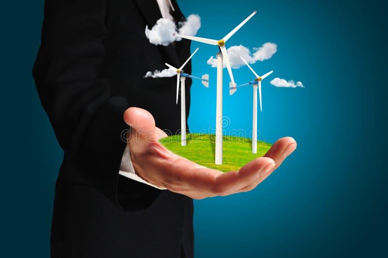 Hand av generatorn för makt för turbin för håll för affärsman arkivbilder