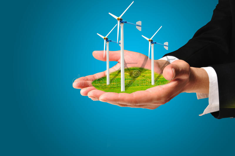 Hand av generatorn för makt för turbin för håll för affärsman royaltyfri fotografi