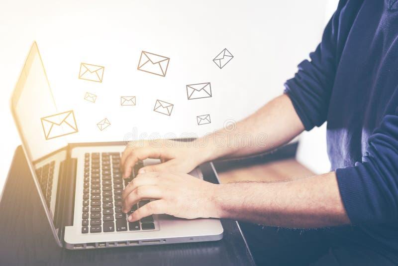 Hand av mannen som skriver och överför meddelandet och bärbara datorn med marknadsföring för mejlsymbolsEmail och informationsbla stock illustrationer