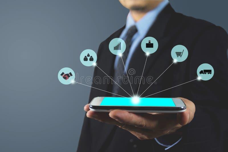 Hand av pekskärmen för blått för telefon för affärsmaninnehav den smarta arkivfoto