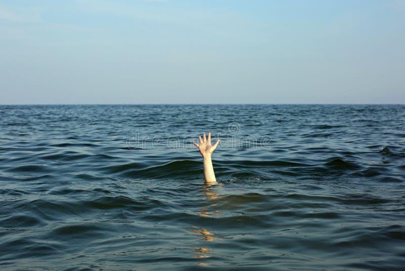 hand av personen som ska just att drunkna i mitt av sen royaltyfri foto