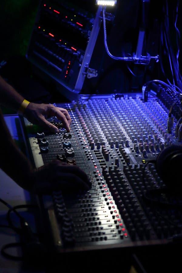 Hand av soundmanen arkivbilder