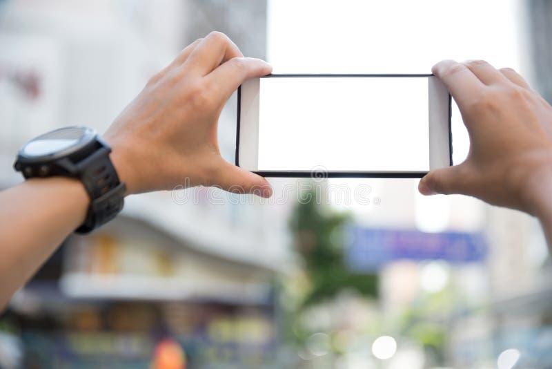 Hand av turisten med smartphonen som tar fotoet royaltyfri fotografi