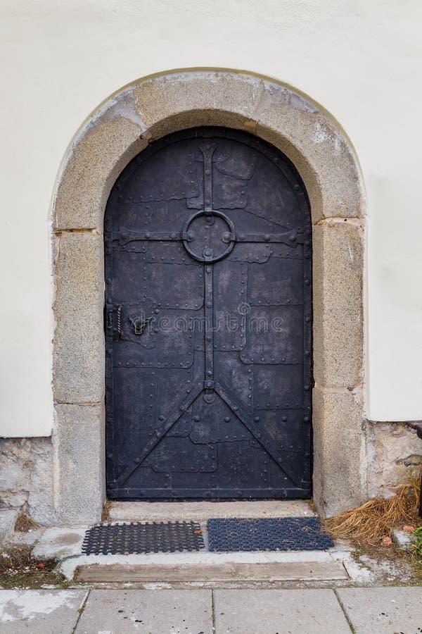 Hand-bearbetad historisk metallisk dörr av den Templar försvarkyrkan bogus arkivbild