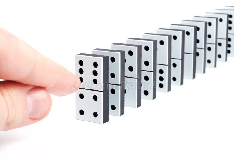 Hand betriebsbereit, Dominostücke zu drücken lizenzfreies stockfoto