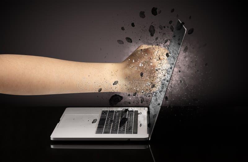 Hand bricht Laptopgläser lizenzfreie stockbilder