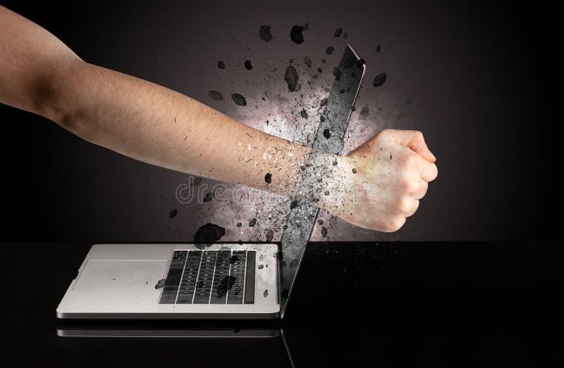 Hand bricht Laptopgläser lizenzfreie stockfotos