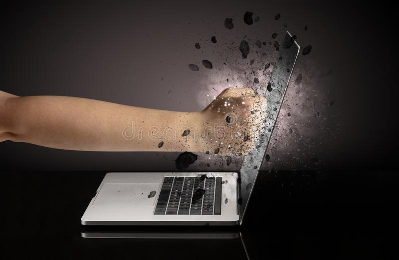 Hand bricht Laptopgl?ser stockfoto