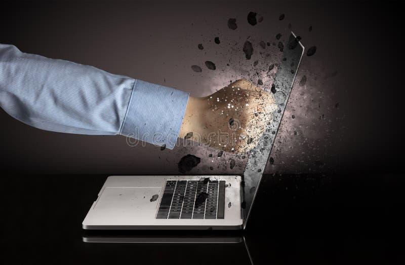 Hand bricht Laptopgl?ser stockfotografie