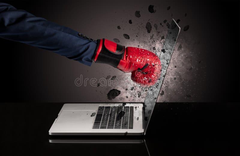 Hand bricht Laptopgl?ser lizenzfreie stockbilder