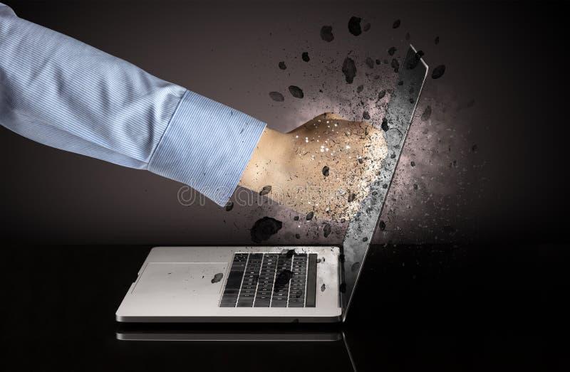 Hand bricht Laptopgl?ser stockbilder