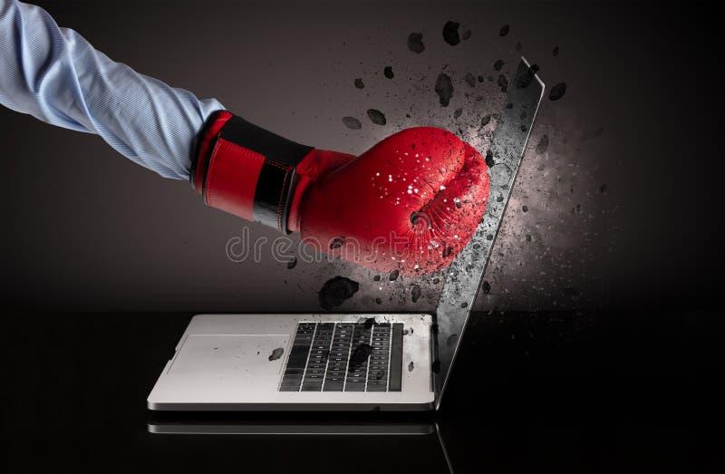Hand bricht Laptopgl?ser lizenzfreie stockfotografie