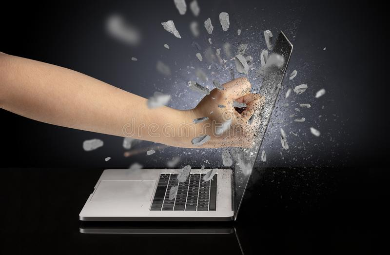 Hand bricht Laptopschirm stockfoto